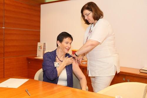 """ד""""ר חנה אדמי, מנהלת הסיעוד ב""""רמב""""ם"""", מתחסנת נגד שפעת (צילום: """"רמב""""ם"""")"""