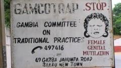 שלט דרכים נגד מילת נשים בגמביה, ב-2005 (צילום: ויקיפדיה)