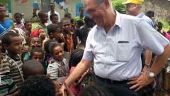 """מנהל """"שערי צדק"""", פרופסור יונתן הלוי עם ילדים באתיופיה במהלך ביקור המשלחת במדינה (צילום: """"שערי צדק"""")"""
