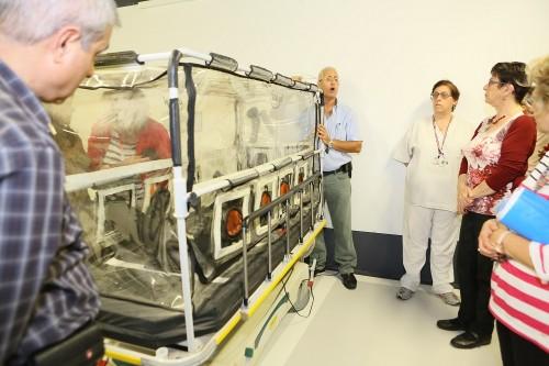 """מיטת אשפוז מבודדת שנועדה להעביר חולים החשודים כחולי אבולה, בבית החולים """"רמב""""ם"""" (צילום: פיוטר פליטר / רמב""""ם)"""