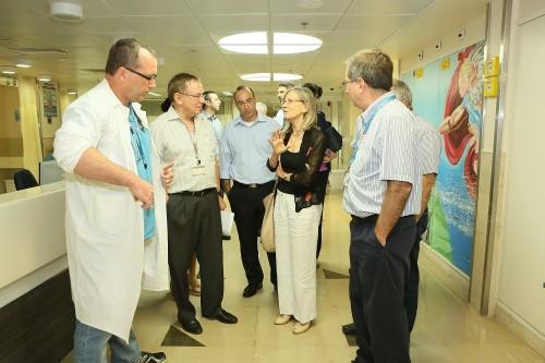 """אסתר דומיניסיני (במרכז) במהלך ביקור בבית החולים """"רמב""""ם"""" (צילום: פיוטר פליטר / רמב""""ם)"""