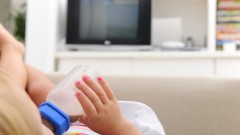 תינוק צופה בטלוויזיה (צילום: אילוסטרציה)