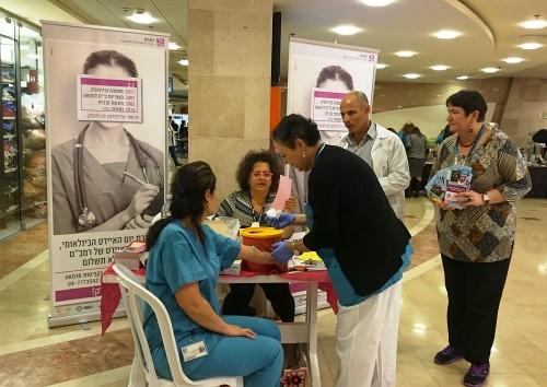 """צוות מביה""""ח """"רמב""""ם"""" מבצע בדיקות HIV בקניון בחיפה (צילום: """"רמב""""ם"""")"""