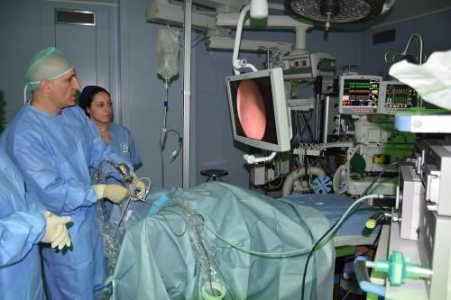 """פרופ' בוריס צ'רטין, מ""""שערי צדק"""", במהלך ביצוע ניתוח השחזור (צילום: """"שערי צדק"""")"""