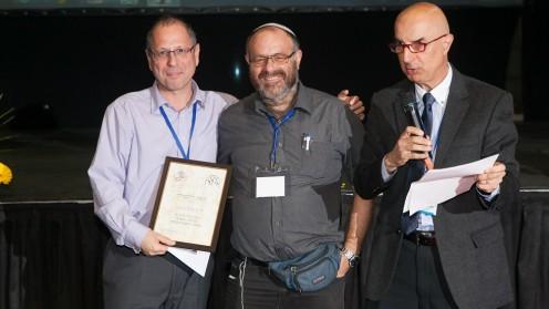"""יו""""ר איגוד רופאי המשפחה, פרופ' שלמה וינקר (משמאל), ופרופסור משנה חאלד כרכבי (מימין)  מעניקים את פרס המומחה הוותיק לד""""ר מרדכי אלפרין (צילום: יניב כרמלי)"""