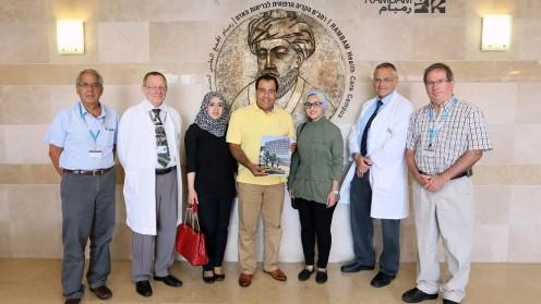 """ד""""ר אבו-אל-עייש עם נציגים מבית החולים (צילום: פיוטר פליטר / """"רמב""""ם"""")"""