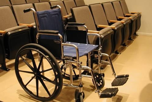 כסא גלגלים בבית המשפט (מקור: ויקיפדיה)