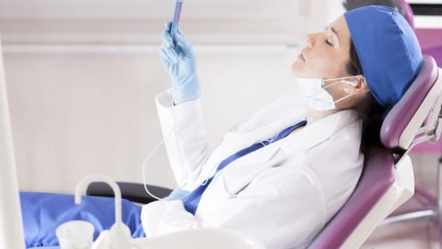 רופאה מאזינה למוזיקה באוזניות (צילום: אילוסטרציה)