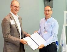 """ד""""ר ארז און (מימין) מקבל את תעודת ההסמכה מנציג ה-JCI (צילום: """"פורייה"""")"""