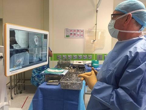 """פרופ' אירי ליברגל והמערכת הממוחשבת שסייעה בניתוח (צילום: """"הדסה"""")"""