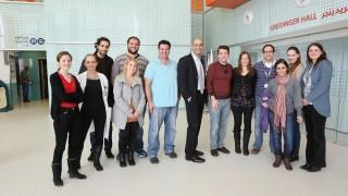 """מימין: ולריה מילר (שותפה למחקר), רוסלנה קוצופרוק, שירי דוידי, ד""""ר ארז הסניס, ד""""ר עפרת ביאר כץ (מובילת המחקר), מיכאל טימנר (שותף למחקר), פרופ' יובל שקד (ראש צוות המחקר), דרור אלישקביץ' (שותף למחקר), דביר שכטר, ילנה ברברוב, טל קאן, ד""""ר אורית קידר פרסון, הילה ברקוביץ'. לא נוכחים בתמונה ונכללו בצוות: קסניה מגידיי ונטע בן צדק (שותפות למחקר), וד""""ר זיו רביב (מנהל המעבדה) (צילום: פיוטר פליטר / """"רמב""""ם"""")"""