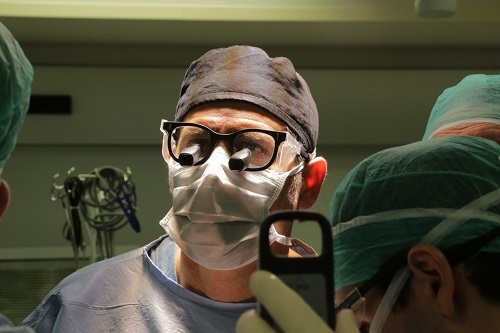 """ד""""ר ינאי בן-גל במהלך הניתוח (צילום: """"איכילוב"""")"""