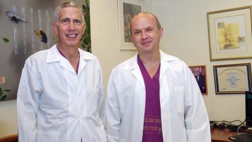 """מימין: ד""""ר ליאוניד סטרניק ופרופ' הרצל שף (צילום: """"שיבא"""")"""