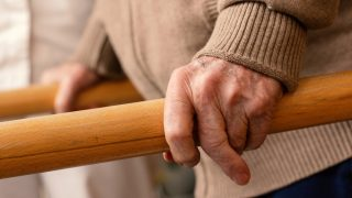 """מחקר באוניברסיטת ת""""א: גירוי מוחי לא פולשני שיפר ביצועים בקשישים thumbnail"""